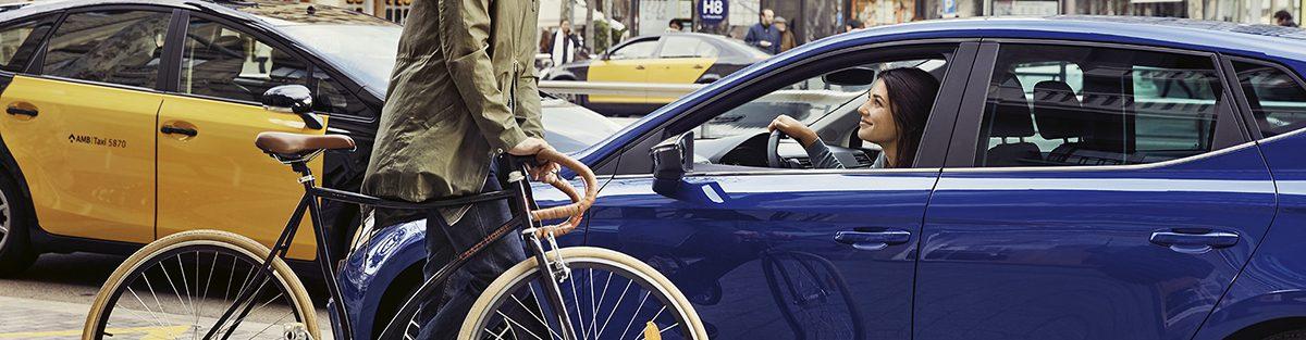 Mujer conduciendo un SEAT